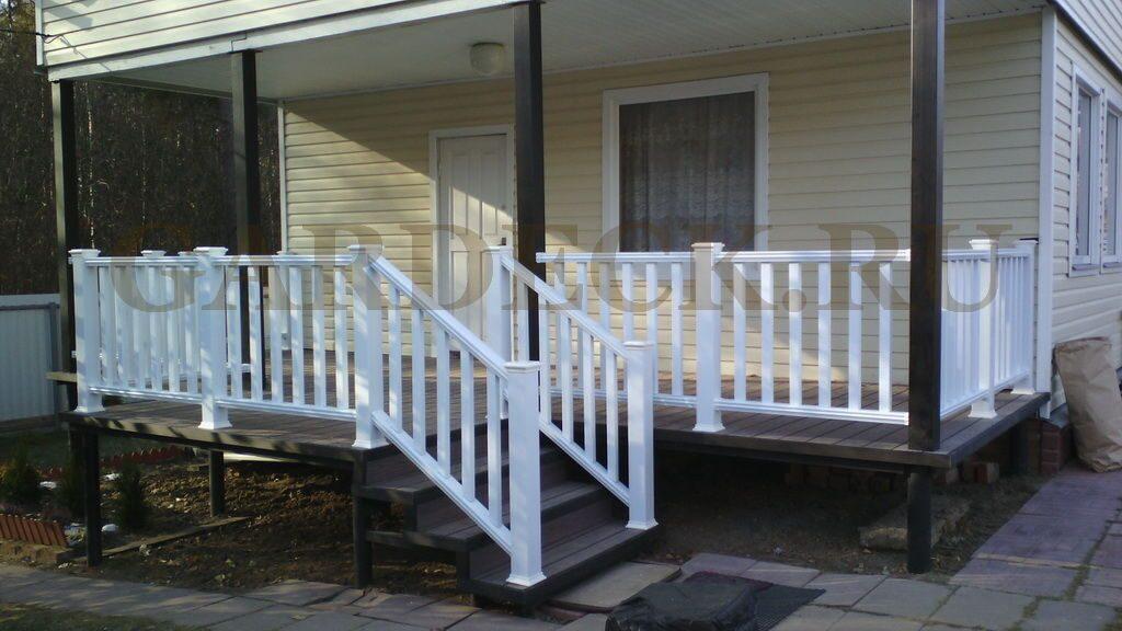 Ограждение террасы из дпк в загородном доме.