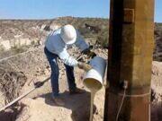 Монтаж столбов ЛЭП с помощью заменителя бетона
